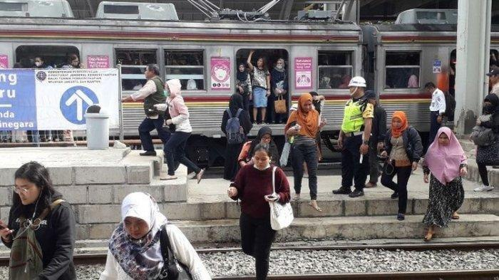 Suasana Stasiun Jatinegara pada harj pertama pengoperasian jalur Double-double Track, Jumat (12/4/2019).