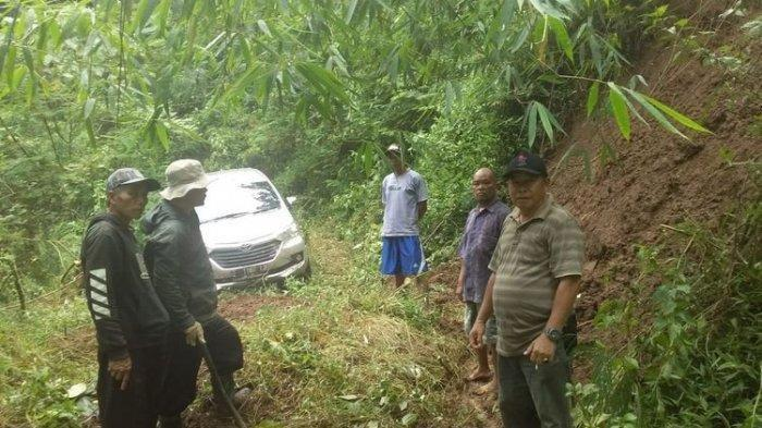 Satu Keluarga Tersesat Dalam Hutan, Tengah Malam Mobil Terperosok Masuk Kubangan Lumpur