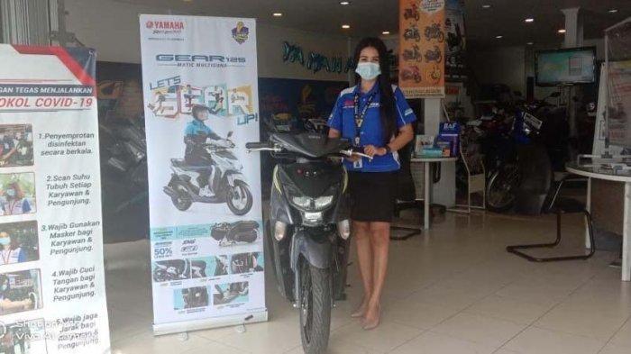 Sales Yamaha Kepri menunjukkan salah satu sepeda motor keluaran Yamaha.