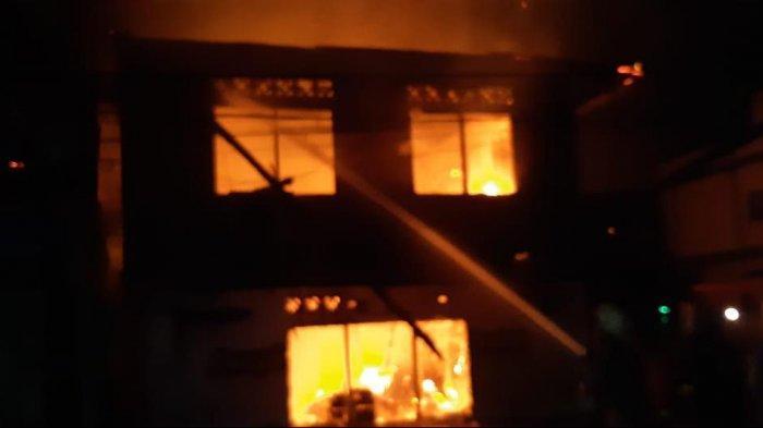 Suasana bangunan semi permanen dua lantai di pinggir Dermaga Pantai Indah, Jalan Barek Motor, Kijang, Kecamatan Bintan Timur terbakar, Senin (15/3/2021) dini hari