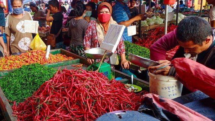 Seorang penjual cabai sedang melayani pembeli di Pasar Tos 3000 Batam, Minggu (16/5/2021)