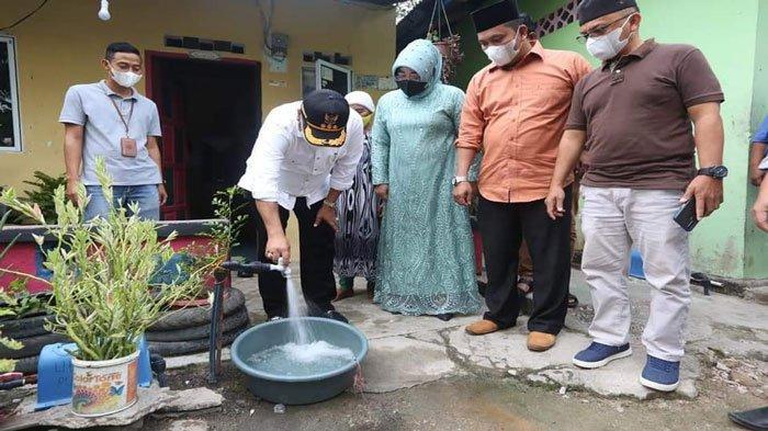 Warga Bayar Air Lebih Murah, Bupati Karimun Resmikan Pemakaian Air Bersih di Teluk Uma