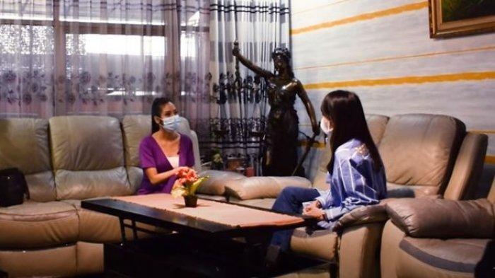 Perbincangan Wenny Ariani dan Host Deo Juvante TV tentang sang putri usai kabar Rezky Aditya dituding hamili wanita lain heboh.