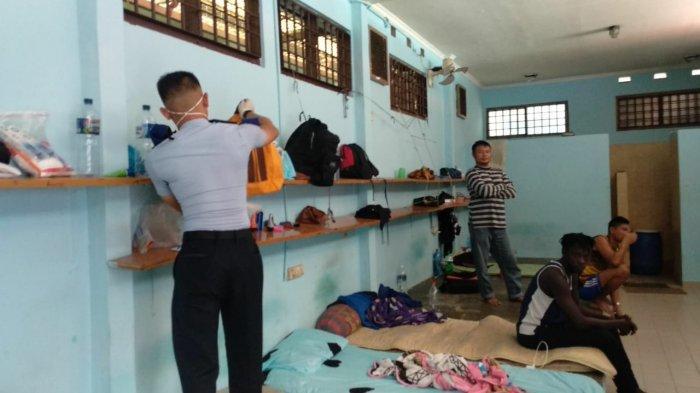 Petugas Rudenim Sidak ke Kamar-kamar Imigran, Temukan Sejumlah Barang Elektronik