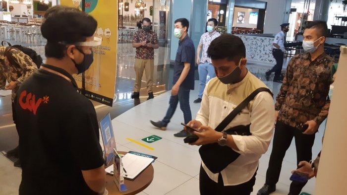Pengunjung CGV Grand Batam Mall mulai mendatangi bioskop di hari perdana pembukaan bioskop tersebut setelah 6 bulan tutup operasional akibat pandemi covid-19, Jumat (16/10/2020)