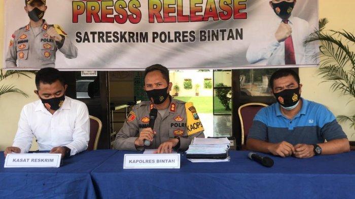 KAPOLRES BINTAN - Foto Kapolres Bintan, AKBP Bambang Sugihartono saat memimpin press realese di Mapolres Bintan. Belum lama ini polisi mengamankan seorang pemilik pangkalan gas nakal di Bintan