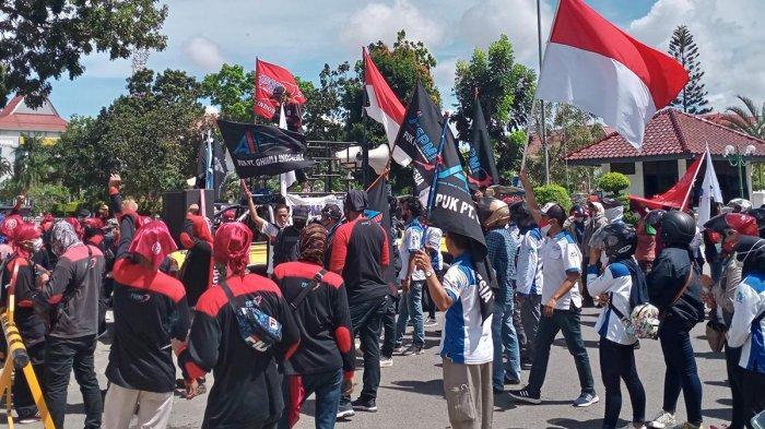 ILUSTRASI . Massa buruh yang tergabung dalam konfederasi serikat pekerja metal Indonesia (FSPMI) menyambangi halaman depan Kantor Wali Kota Batam, Senin (16/11/2020).
