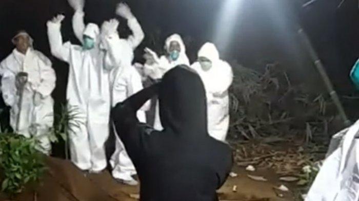 RELAWAN - Capture layar video viral relawan pemakaman jenazah Covid-19 joget-joget di pinggir liang lahat kuburan yang telah digali