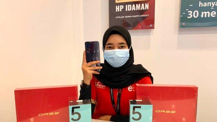 Tampilan unit Oppo Reno5 salah satu smartphone android yang tengah masuk ke dalam program promo di Erafone Grand Batam Mall.