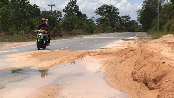 Rawan Kecelakaan, Pengendara Keluhkan Gundukan Pasir di Jalan Lintas Barat Bintan