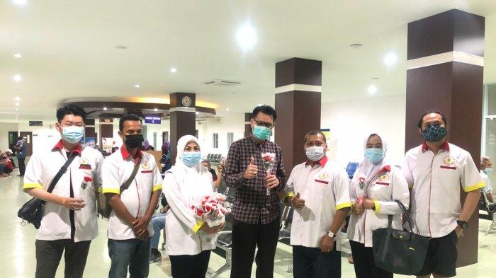 Peringati Hari Hemofilia Sedunia, Komunitas Cahaya Hemofilia Bagikan Bunga ke RSBP Batam