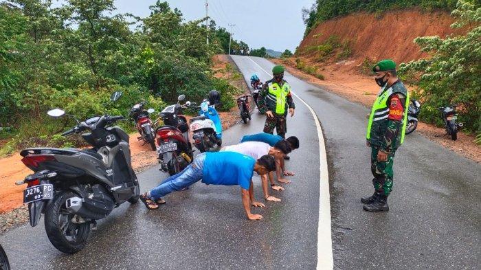 Sejumlah pengunjung tempat wisata Air Terjun Temburun di Pulau Siantan Anambas terjaring razia tim gabungan dan dihukum push up, Senin (17/5/2021)