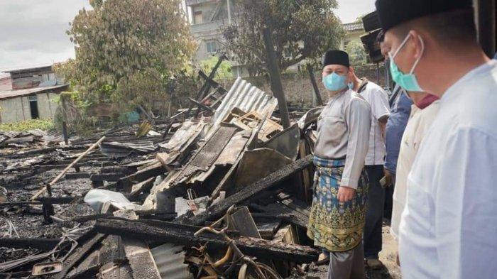 Berduka Melihat Kebakaran di Dabo, Bupati Lingga Nizar Turun Langsung Serahkan Bantuan ke Korban