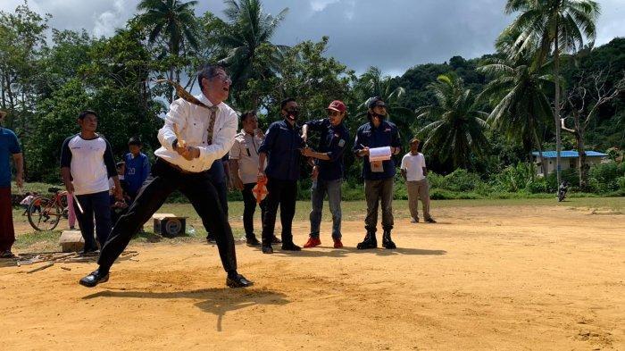 Wajah Jasril Sampai Memerah, Anggota DPRD Anambas Ini Antusias Main Kayu Pale Ola
