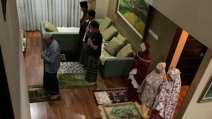 ILUSTRASI - Suasana shalat tarawih di kediaman.