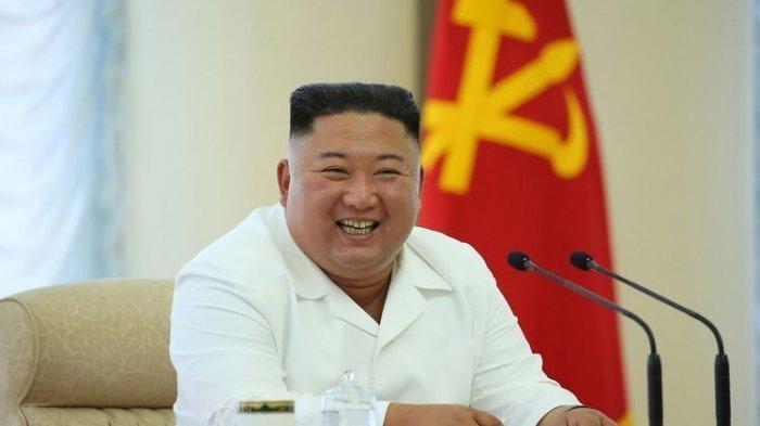 Dalam gambar yang dirilis oleh kantor berita Korea Utara (KCNA) pada 8 Juni 2020, nampak Pemimpin Tertinggi Kim Jong Un tersenyum saat dia menghadiri rapat ke-13 Politbiro Partai Buruh
