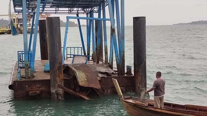 Jembatan Pelabuhan Apung Jagoh Lingga Ambruk saat Hujan Lebat
