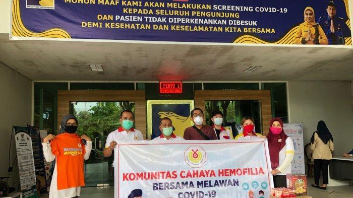 Penyerahan bantuan suplemen dari Komunitas Cahaya Hemofilia kepada tim medis Covid-19 RSBP Batam.