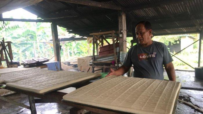 Suasana saat Misman menunjukkan tahu hasil produksinya di tempat usaha tahu miliknya di Kampung Karang Rejo, Kelurahan Kawal di Kecamatan Gunung Kijang.