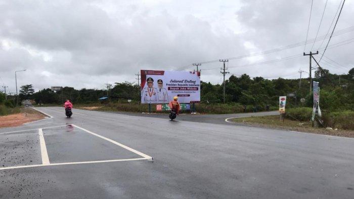 Spanduk ucapan selamat datang dari Pemprov Kepri terpampang di Simpang Empat Lagoi jelang kedatangan Presiden Jokowi ke Bintan, Selasa (18/5/2021)