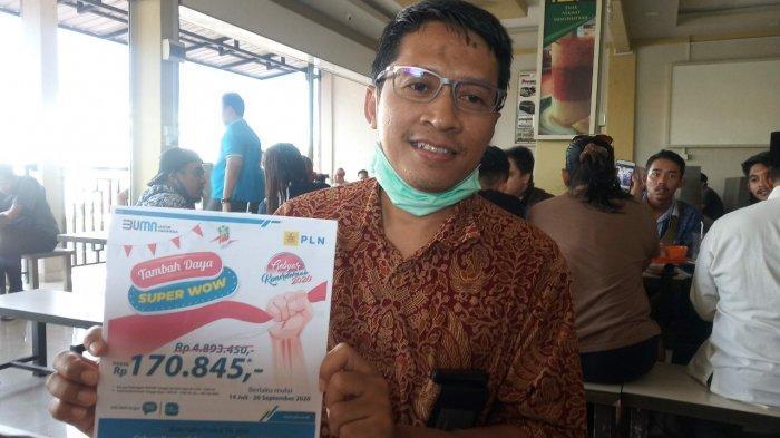 Manager PLN Unit Pelaksana Pelayanan Pelanggan (UP3) Tanjungpinang, Suharno menunjukan brosur promo PLN, Jumat (17/7/2020). Memperingati HUT RI, PLN memberikan promo tambah daya khusus pelanggan rumah tangga.
