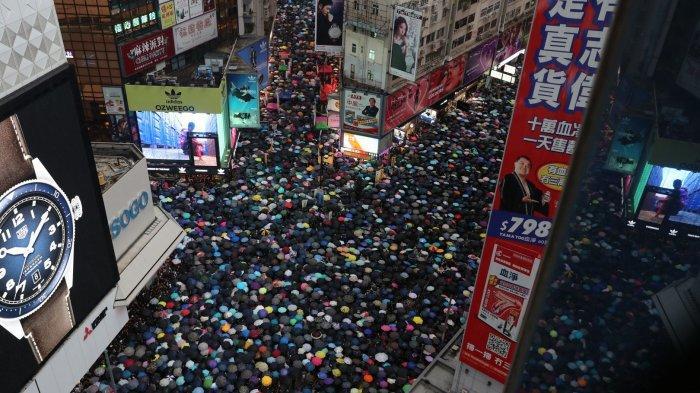 Ribuan Pasukan Payung Kembali Padati Victoria Park Hong Kong. Polisi Hindari Bentrok
