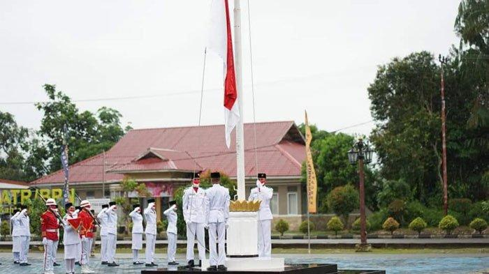 Diguyur Hujan, Paskibraka Lingga Tetap Semangat Kibarkan Bendera Merah Putih