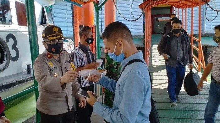 Polsek Kawasan Pelabuhan Sri Bintan Pura Tanjungpinang yang melaksanakan kampanye 1.000 masker di Pelabuhan Sri Bintan Pura Tanjungpinang