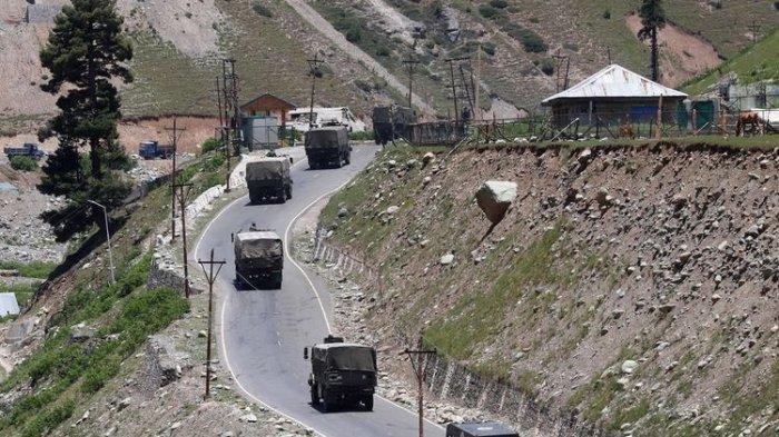 Kendaraan-kendaraan militer India melintasi jalan nasional Srinagar-Leh, Gagangeer, di timur kota Ganderbal, pada 15 Juni 2020.