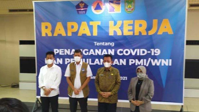 Kepala BNPB Letjen TNI Dr Doni Monardo saat rapat penanganan Covid-19 di Bandara Hang Nadim Batam