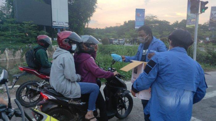 Kirim Pesan Toleransi, GAMKI Kepri Bagikan Takjil di Simpang Kabil Batam