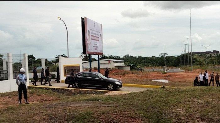 Mobil yang ditumpangi Presiden RI Joko Widodo sesaat akan meninggalkan Bandara RHF Tanjungpinang, Rabu (19/5/2021)