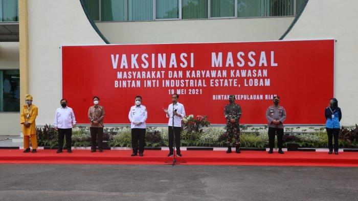 Suasana saat Presiden RI, Joko Widodo memantau pelaksanaan Vaksinasi Covid-19 di Wisma PT. BIE Kawasan Industri Seri Kuala Lobam, Bintan