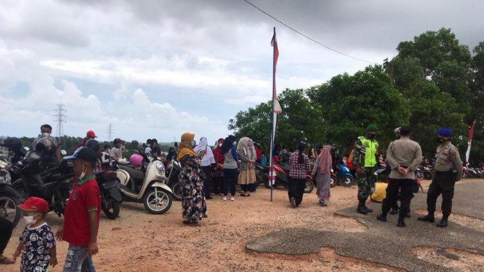 Ratusan Warga Tunggu Kedatangan Jokowi ke Bintan, Berharap Bisa Disapa Presiden