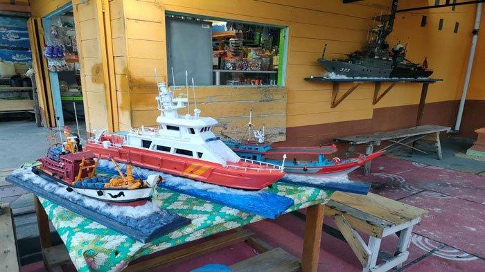 Miniatur kapal buatan Ruslan atau yang akrab disapa Salus, pengrajin miniatur kapal asal Natuna