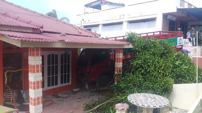 DERETAN Fakta Truk Bawa LPG Tabrak Rumah Warga di Karimun, Pohon Mangga Sampai Tercabut