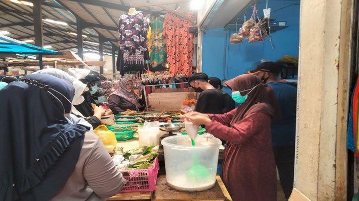 Jelang Idul Adha 1442 Hijriah, sejumlah pengunjung Pasar Bintan Centre Tanjungpinang yang didominasi ibu-ibu serbu kios penjual bumbu masakan, Senin (19/7/2021)