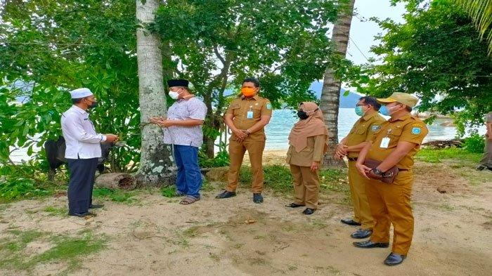Penyerahan secara simbolis hewan kurban oleh Bupati Kepulauan Anambas, Abdul Haris kepada petugas kurban. Pemerintah Daerah tahun 2021 menyalurkan 36 ekor sapi untuk dikurbankan.