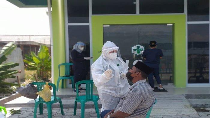 Seorang petugas kurban Idul Adha sedang menjalani tes antigen di Puskesmas Seijang, Kecamatan Bukit Bestari, Kota Tanjungpinang