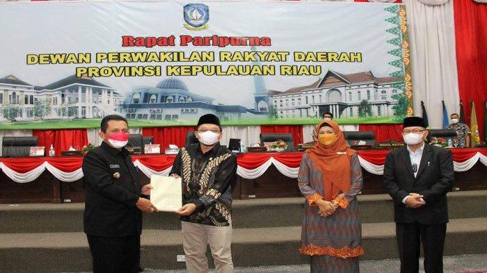 Gubernur Kepri, Ansar Ahmad saat sidang paripurna DPRD Kepri yang dipimpin oleh Wakil Ketua II Raden Hari Tjahjono di Dompak, Tanjungpinang, Kamis (19/8/2021).