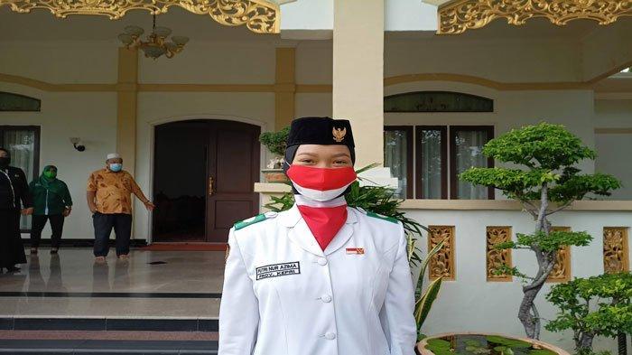 Putri Nur Azhima, pelajar SMA Negeri 2 Karimun menjadi pembawa baki bendera saat upacara HUT ke-76 Kemerdekaan RI Tingkat Provinsi Kepri, Selasa (17/8/2021)