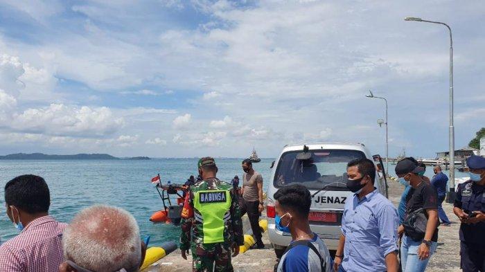 MAYAT TANPA KEPALA - Tim gabungan saat mengevakuasi mayat tanpa kepala ke Pelabuhan Bulang Linggi Tanjunguban, Kabupaten Bintan, Kamis (19/11).