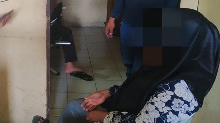 Wanita bersuami saat dibawa ke kantor desa, ia digerebek berduaan dengan sang kades di rumahnya