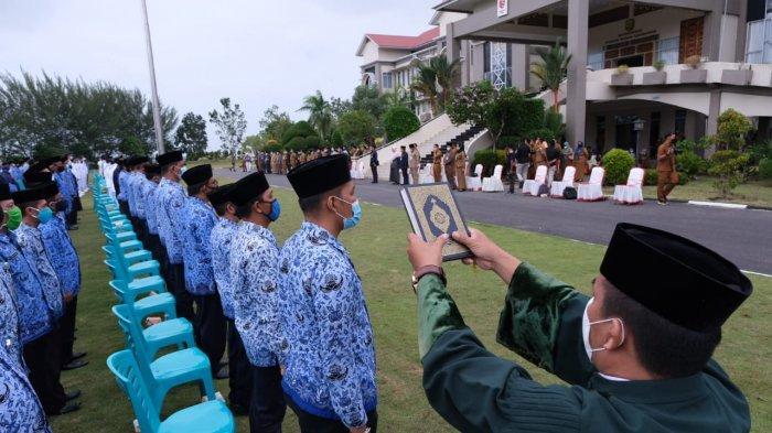 Suasana pelantikan dan pengambilan sumpah yang dipimpin langsung oleh Wali Kota Tanjungpinang, Rahma ke sejumlah ASN Eselon III dan IV di Halaman Kantor Wali Kota, Jalan Senggarang, Selasa, (19/1/2021)