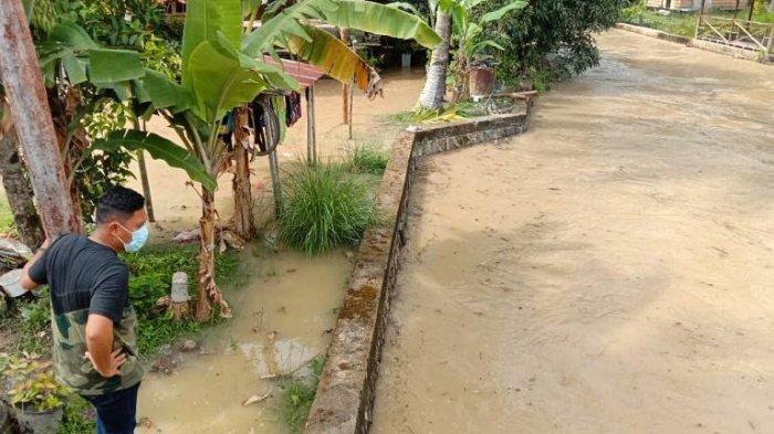 Pakai Sandal Jepit, Wakil Bupati Lingga Neko Tinjau Parit Rawan Banjir di Ibu Kota Daik