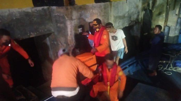 Proses Evakuasi Kapal Mati Mesin: Tim SAR selamatkan 5 penumpang kapal SKPT Natuna yang alami mati mesin di Perairan Laut Subi, Rabu (19/5/2021) malam