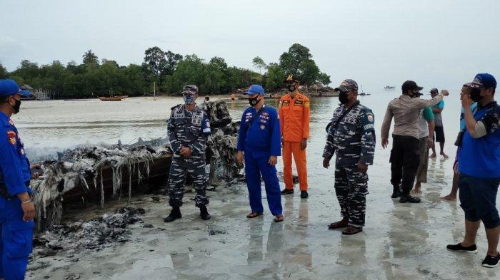 Bangkai kapal speedboat milik BPBD Lingga yang berhasil dipadamkan di Kampung Tanjung Dua, Desa Selayar, Kecamatan Selayar, Kabupaten Lingga, Rabu (19/5/2021)