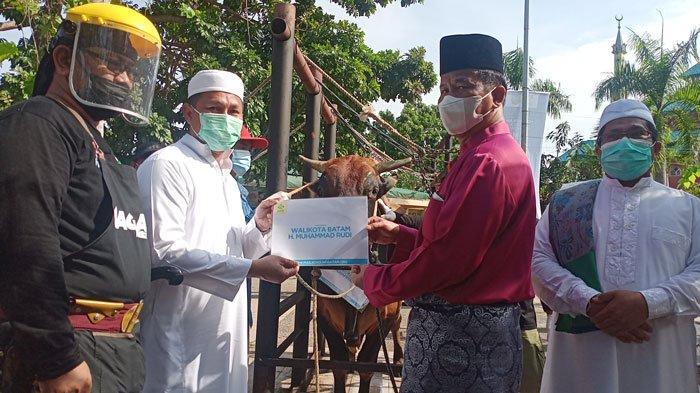 Walikota Batam Rudi Shalat Idul Adha di Rumah Lanjut ke Lokasi Pemotongan Kurban di Masjid Agung