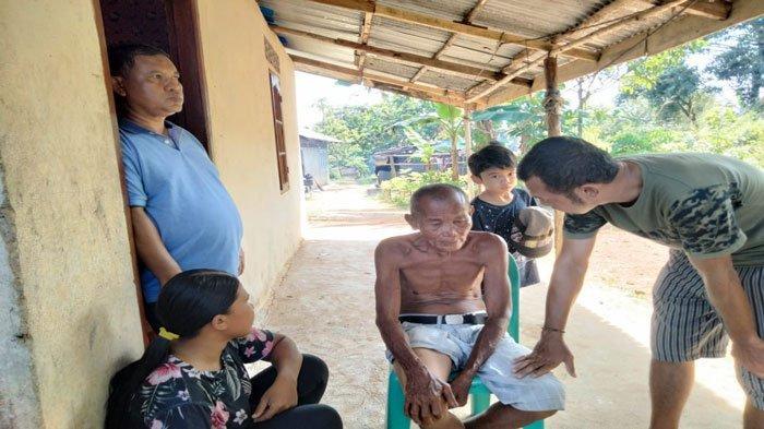 Sabar Tanco (tengah) terlihat masih syok mengetahui rumah dan warung sembako miliknya ludes dan rata dengan tanah setelah dilalap si jago merah, Selasa (20/7/2021)