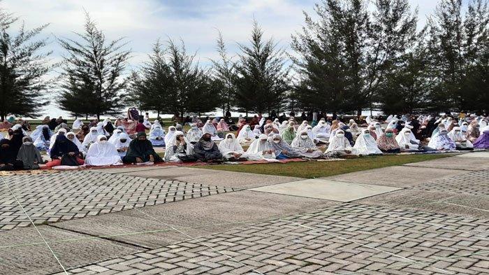 PPKM Mikro Natuna, Sholat Idul Adha di Pantai Piwang Ranai Dipadati Masyarakat